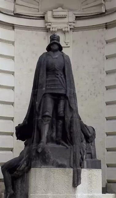 Imagem do cavaleiro negro que guarda a entrada do bairro judaico, em Praga.